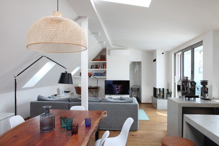 Půdní byt v decentně industriálním stylu