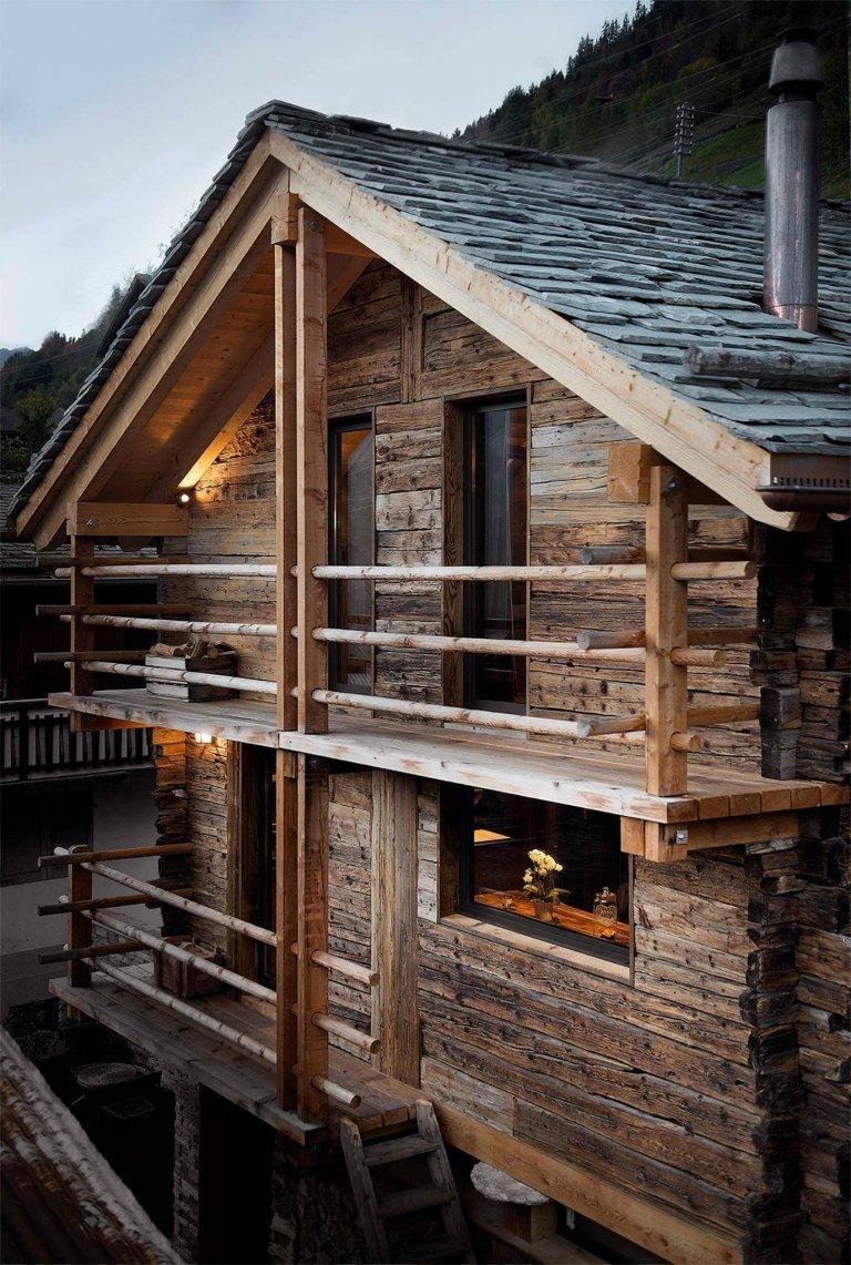 V parném létě je zapotřebí se příjemně osvěžit, a tak se dnes vydáme na výlet do Sarreyeru, jedné z nejpůvabnějších vesnic ležících na svahu Valley of Bagnes ve francouzském kantonu Valais, který se rozprostírá v alpské oblasti jihozápadního Švýcarska. V této oblasti plné nádherných přírodních kontrastů se totiž nachází 200 let stará stodola, kterou si zamiloval a koupil mladý pár – a vdechl jí tak nový život.