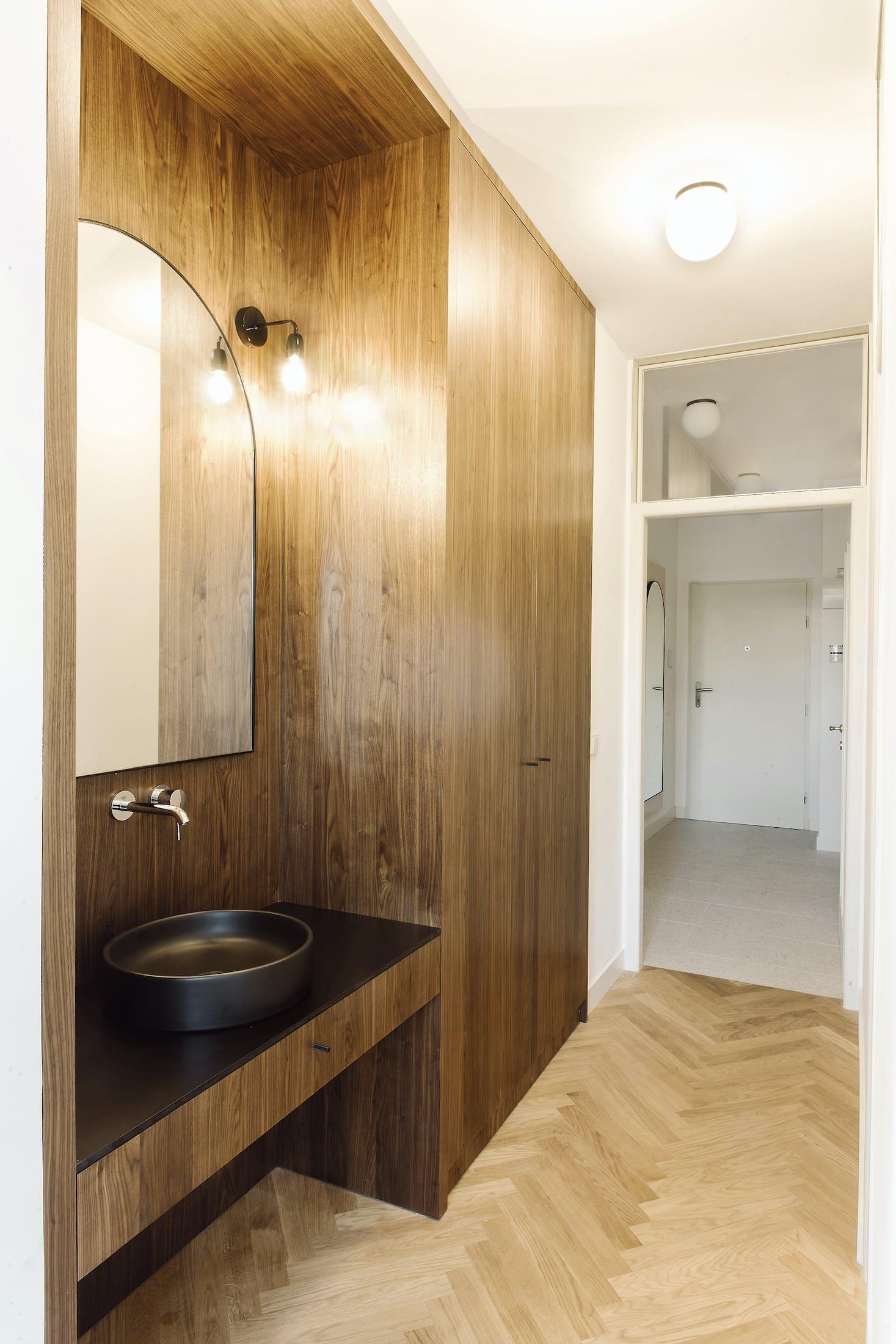 Dnes nás čeká prohlídka bytu, který podle návrhu architekta Fritze Lehmanna krášlí pražské nábřeží už od roku 1938. Na přání nové doby a stoupajících nároků na moderní bydlení sice změnil svou tvář, genius loci však zůstal zachován.