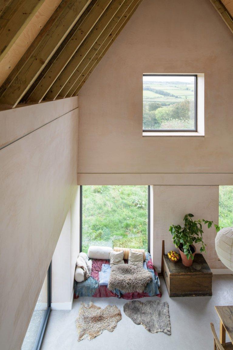 V anglickém venkově vyrostl zajímavý dům zvaný North Bank. Nachází se na kraji vesnice Northumberland a na první pohled zaujme svým příkrým štítem. Tento dům připomínající svým vzhledem tradiční stodolu příjemně zapadá do okolí. Vedle překrásných výhledů nabízí svým majitelům i maximálně útulný domov, který vyhovuje potřebám moderních časů.