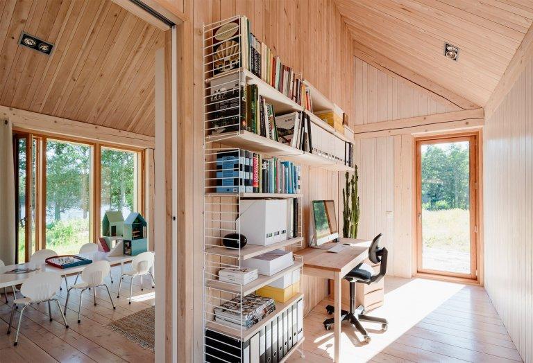 Vydejme se na prohlídku venkovského stavení, které se rozkládá u malého jezera v blízkosti města Tenala, asi 60 mil na západ od Helsinek. Skvěle řešená finská dřevostavba z tvůrčí dílny architekta Mathiase Nyströma v sobě snoubí autentičnost a neskutečně svůdnou atmosféru. Pojďme se podívat, jak se asi bydlí v domě, který svým charakterem tak dokonale zapadá do zdejší přírody.