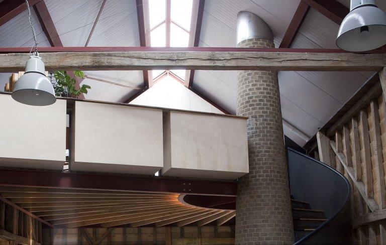 Stodola s podlahou ze starého mostu a stolem z bowlingové dráhy