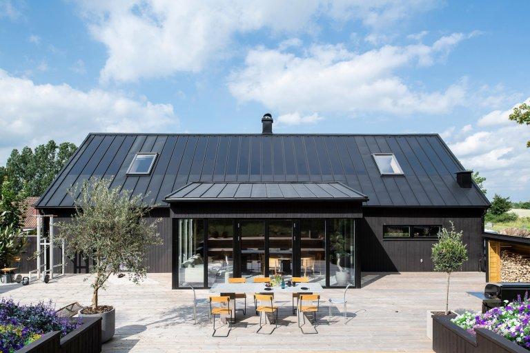 Moderní střecha s integrovanými solárními panely