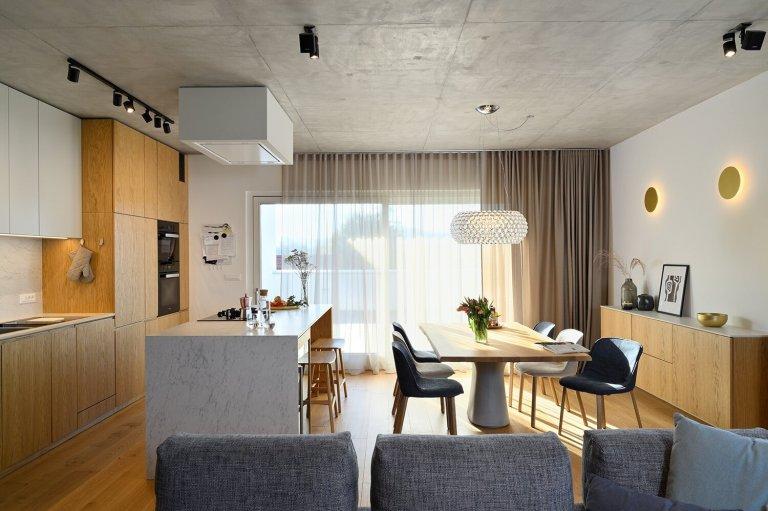 Surový beton na jedné straně a teplé dřevo na druhé