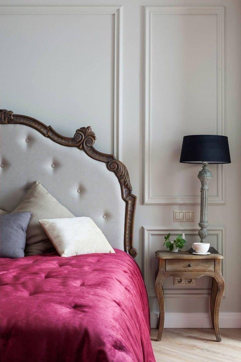 Dnes společně nahlédneme do interiéru ve stylu francouzského venkova, který působí něžným i historickým dojmem. Tento půvabně zařízený byt v sobě příjemně snoubí prvky romantického francouzského venkova i honosného koloniálního stylu. Každá místnost je zde do detailu vyšperkovaným prostorem, jemně podtrženým paletou těch nejkrásnějších pastelových barev. Pojďme se po špičkách podívat, jak úchvatně se tu asi bydlí...