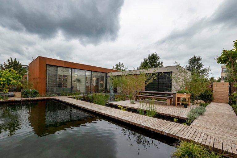 V nizozemském Utrechtu se nachází dům, který zaujme svým vzhledem i šetrností k přírodě. Uveden velkým bazénem a zajímavě řešenou zahradou nabízí moderní bydlení a k tomu ještě něco navíc. Dokáže totiž vyrobit více energie, než sám spotřebuje.