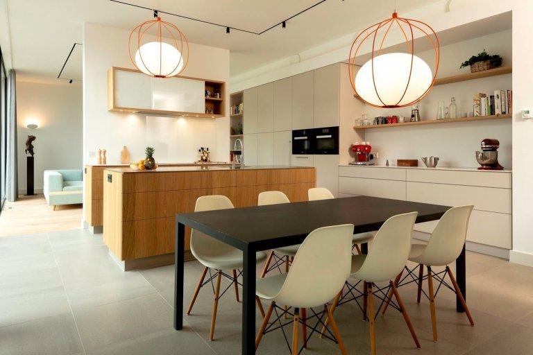 Zajímavou ukázkou spojení designu a energetické udržitelnosti je moderní bungalov v Utrechtu