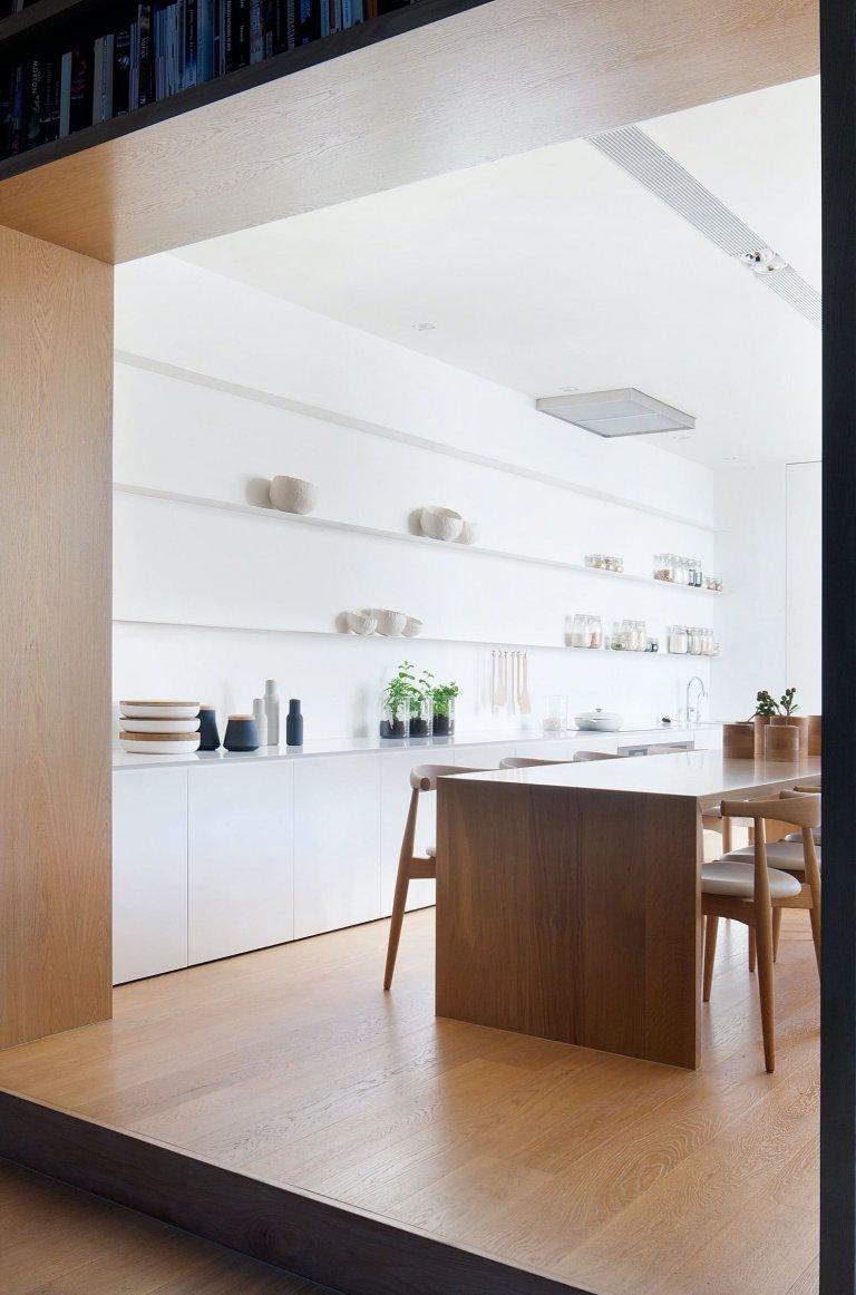 Viktoriánský dům v australském Prahranu si vzhledem k měnící se dynamice rodinného života prošel důkladnou rekonstrukcí. Dobová atmosféra z něj však nezmizela. Hodnotnou historii domu nadále připomíná klenutý a zdobený vchod do chodby, štukované stropy či dřevěná podlaha.