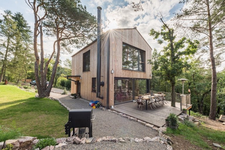 Vysněné bydlení v malém domku uprostřed lesů