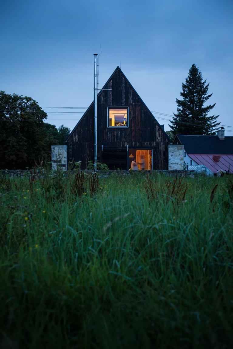 Starší manželský pár si po části života strávené v panelovém domě konečně splnil svůj sen. Jeho novým domovem se stal dům se zahradou v obci Stará Červená Voda v Jeseníkách.
