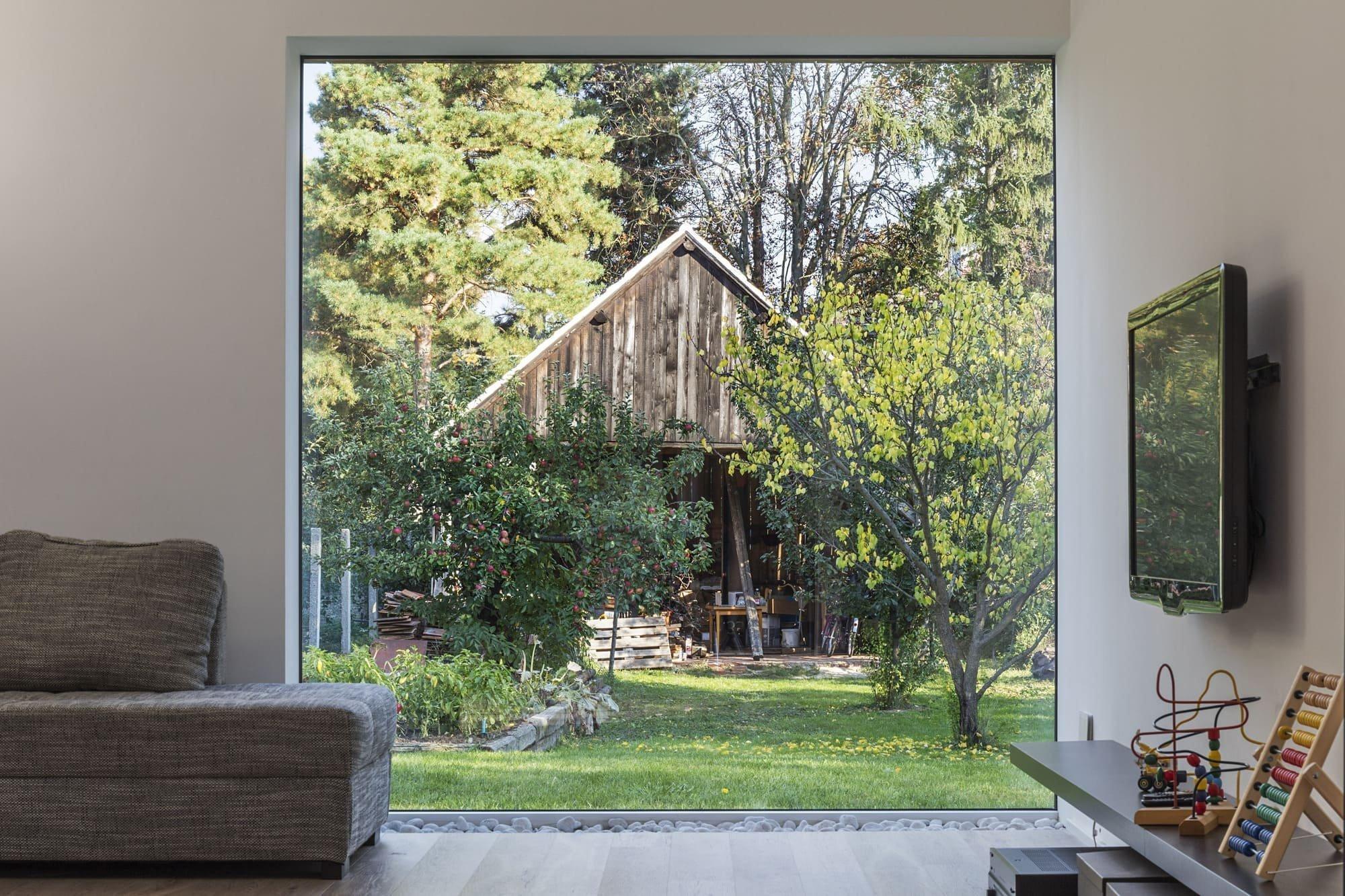 V zadní části zahrady byla zachována stará dřevěná stodola