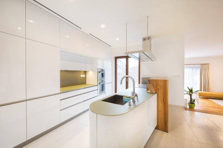 Minimalistický interiér nově postavené vily na okraji Prahy.  O kompletní návrh se postaralo studio Toulec architekti.