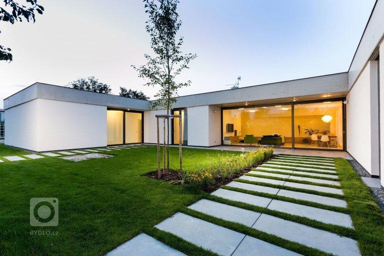 Projekt rodinného domu je koncipován tak, aby poskytl maximální soukromí jeho obyvatelům vůči svému okolí. Jednoduchost linií, čistota materiálů a střízlivá…