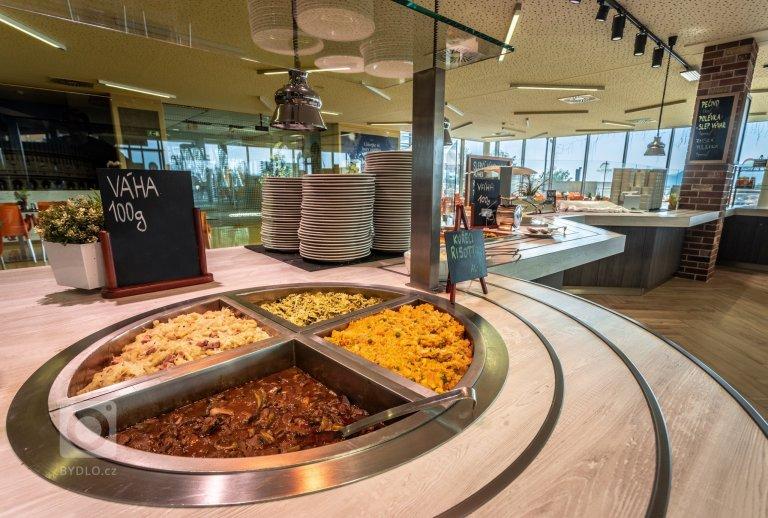 Aqualand Moravia se postupně převléká do přírodního a další fáze potkala i restauraci. Místo původní oranžové verze se žlutou podlahou jsem navrhl použití…