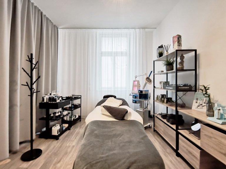 Moderní interiér nového salonu vLiberci vychází zkonceptu netradičního materiálového řešení. Ukosmetických salonů jste zvyklí na bílou barvu…