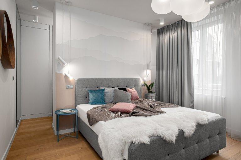 Interiér, ve světlých odstínech vkombinaci sdubovým dřevem sdoplňkovým materiálem betonové stěrky. Ta je využita na pohledové části. Jako…