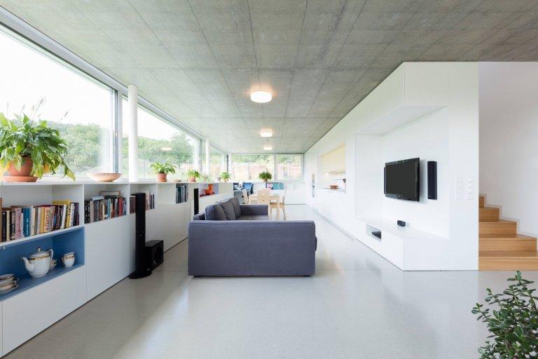 Novostavba rodinného domu se nachází v Brně – Komíně, na ulici Palcary. Malý pozemek je mírně svažitý se severo-jižní orientací, přístup na pozemek je z…