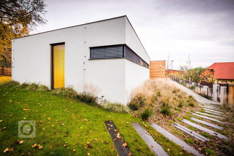 Rodinná vila byla postavená s odkazem na funkcionalistické tradice, a to včetně vnitřního prostorového řešení dispozic, kde jsme se snažili rozdělit dispozici…