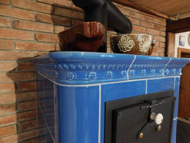 Kachlový sporák od Kamnářství Josífko v modré glazuře s ozdobnou římsou Flora. Součástí kachlového sporáku jsou dvě trouby, Jedna slouží na pečení a druhá k…