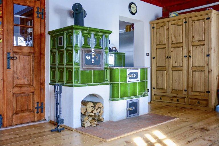 Tmavě zelený sporák s pecí