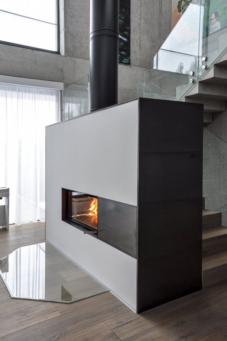 Jedná se o obestavbu krbové vložky Brunner Architektur Kamin 45/101. Pohledový komín je od firmy Schiedela velkoplošná keramika v antracitové glazuře od…
