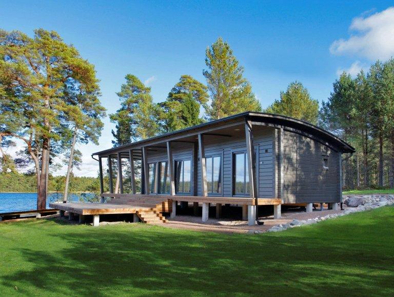 Jedinečná chata s oblou střechou a prostornou terasou je postavena na pilotách