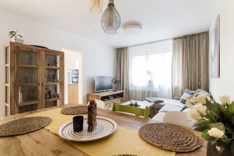 Kompletní rekonstrukce bytu. Mladá rodina chtěla z panelákového bytu, ve kterém již žije několik let, vytvořit místo, kde se bude cítit komfortně celá…