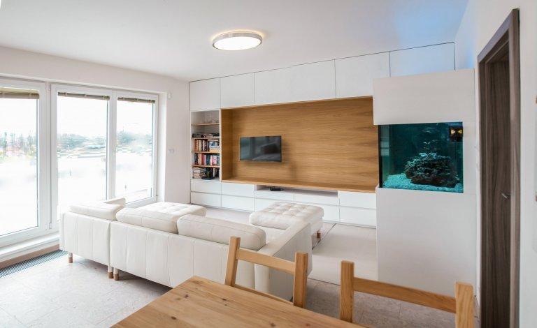 Interiér bytu s akváriem