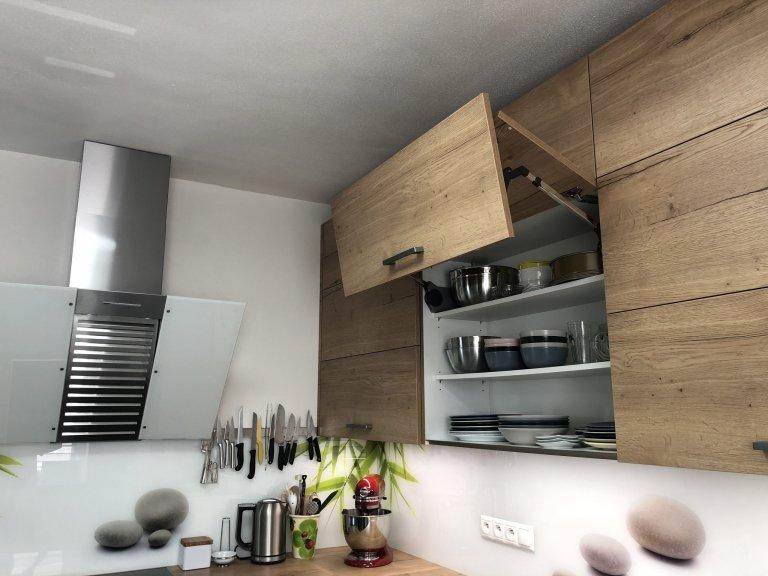 Celý prostor je vybaven od německého výrobce Nobilia.  Kombinace Lux - lak vysoký lesk - Alpská bílá a Structura - lamino - Dub Sierra  Spotřebiče Miele, dřez…