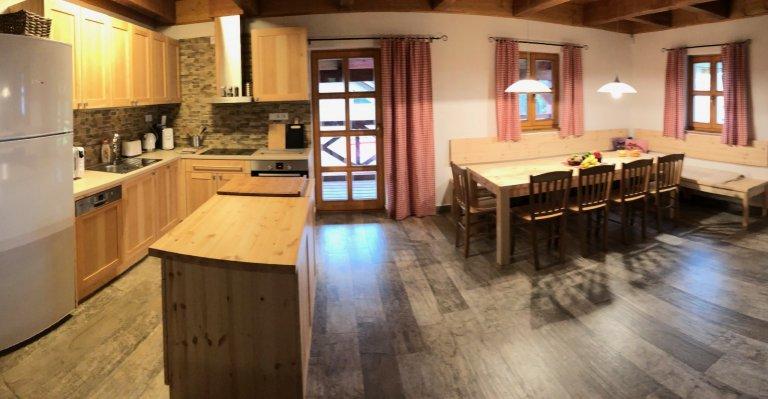 Kuchyňská linka z masivní borovice do stylového prostředí horské chaty