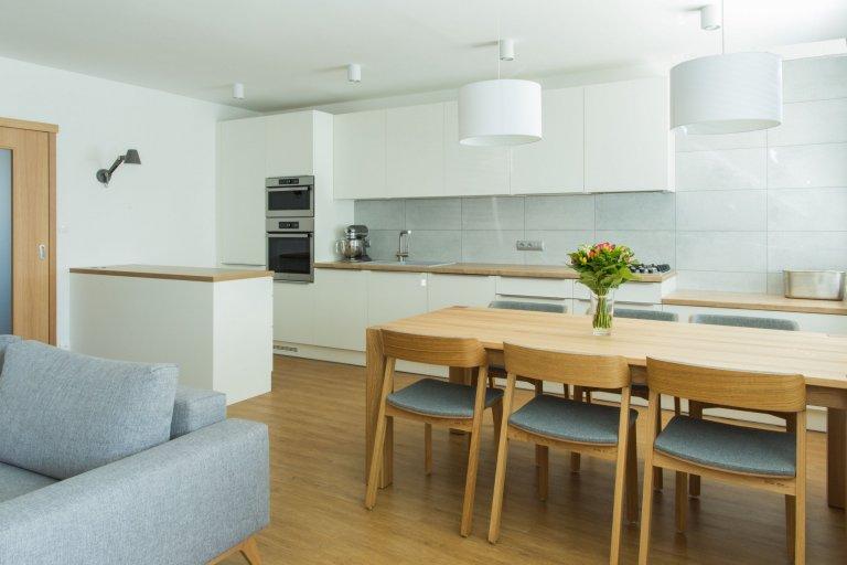 Bílá paneláková kuchyně s dubem