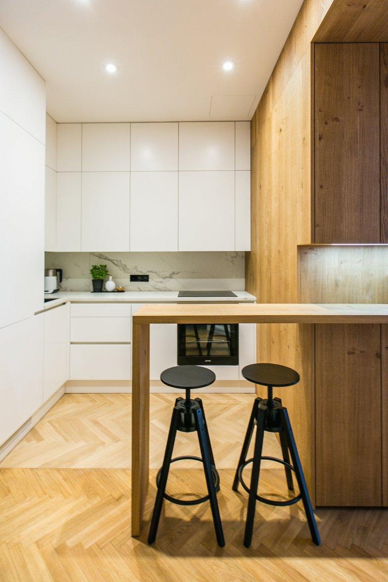 Bílá lakovaná kuchyně s drásanou dubovou dýhou a keramickou pracovní deskou
