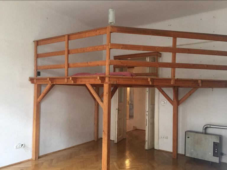 Garsonkám nebo malým bytům nebylo nikdy věnováno tolik pozornosti jako dnes, kdy je to jedna z nejoblíbenějších velikostí bytů. Díky velmi nápaditým rekonstrukcím vám může i  malý prostor vystačit, a to včetně veškeré praktické vybavenosti.