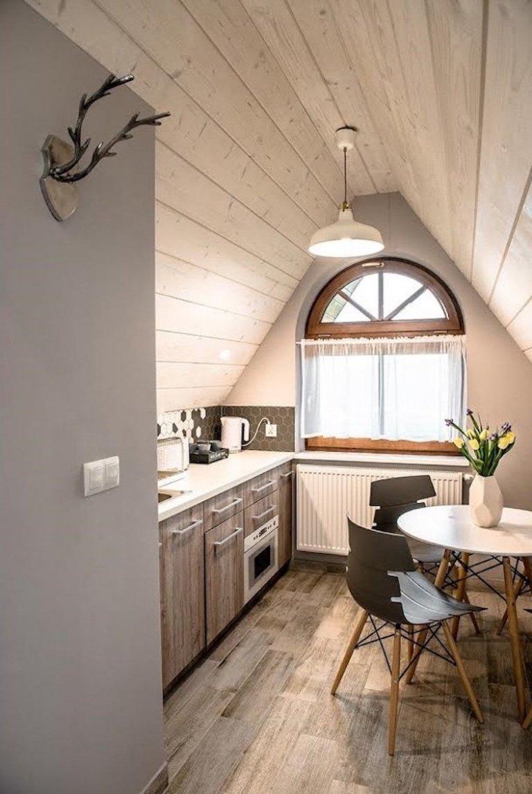 Vytvořit horský apratmán v podkroví tak, aby korespondoval s představou klasického bydlení na horách a zároveň byl něčím jiný, moderní i originální, je vždy velkou výzvou.