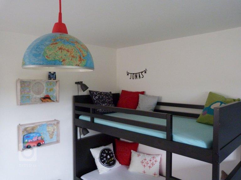 Dětský pokoj pro dva kluky, kteří milují dinosary a červenou barvu. Pokoj je zařízen prakticky a jednoduše. Mnohé z věcíbyly recyklovány - ze starých…