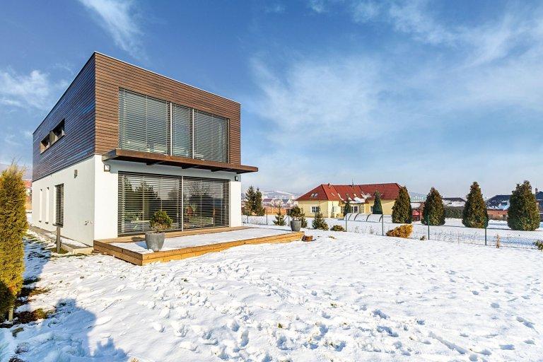Zadáním rodinného domu v Litoměřicích byla přesná představa klientů o jednopodlažním domě s půdorysem ve tvaru písmene L a s jasně definovanou a vzájemně…