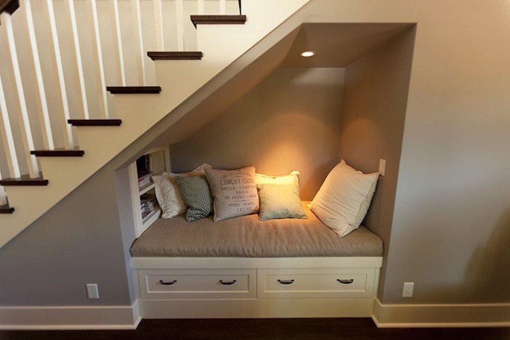 Nevíte jak využít prostor pod schody? Inspirace jako z Harryho Pottera. Malý výklenek vytváří malou skrýš. Až si tam sednete, v tichu a touze pohroužit se do svých knih, vězte, že obklopeni polštáři se vrátíte do dětských let. Do dob, kdy jste se v posteli, v polštářích a s peřinou nad hlavou tajně schovávali a po nocích dočítali všechny ty napínavé příběhy.