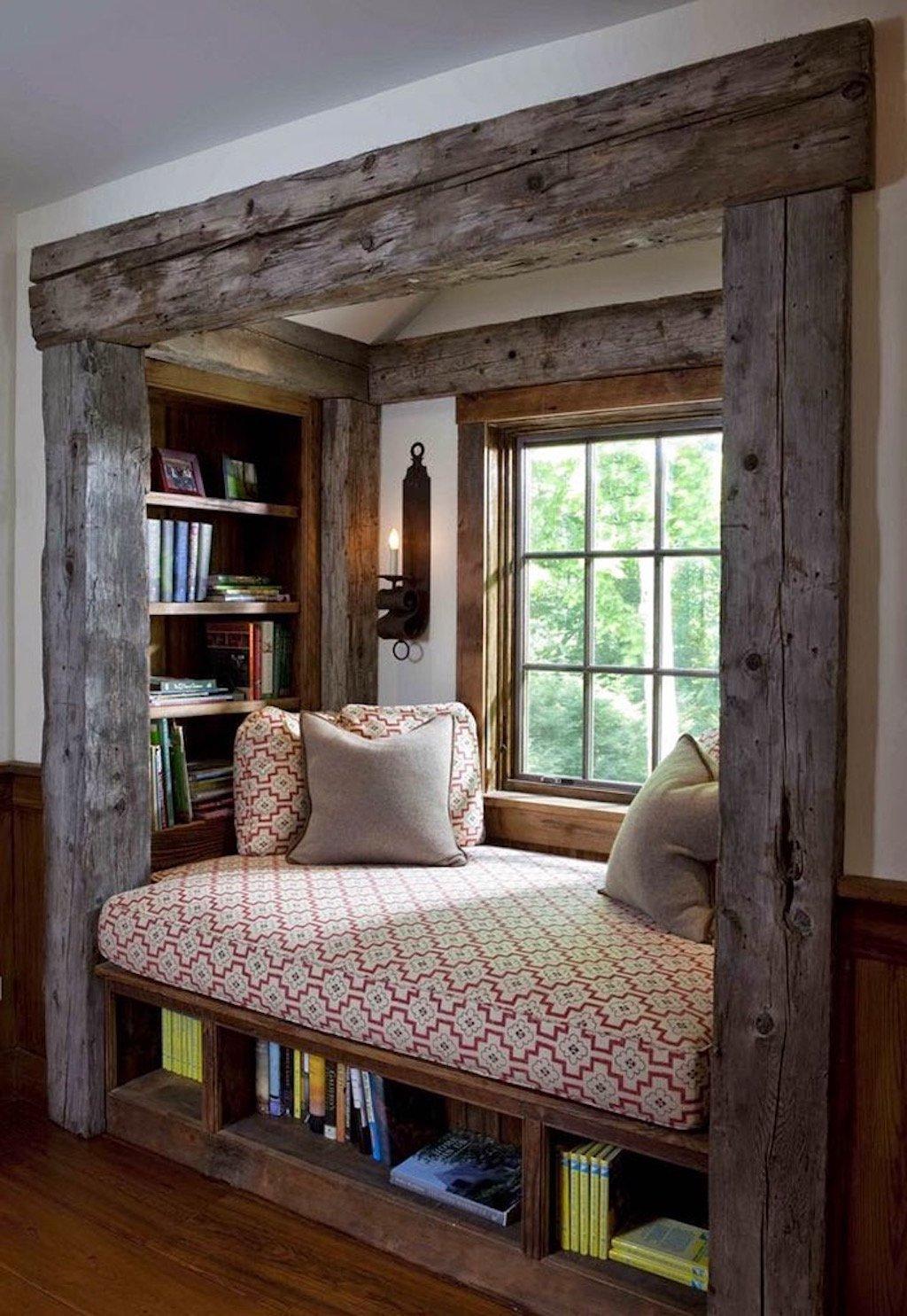 Něco pro romantiky a milovníky masivního dřeva. Knihovna jako částečně oddělená místnost. Prostor pod posezením i stěny okolo mají využití až do posledního centimetru. Knihy je kde uschovat a v tomto koutku vzniká příjemné posezení ve dne i v noci. Denní světlo nebo raději mírné osvětlení z lampy imitující svíci? Na své si přijdou ranní ptáčata i noční sovy.
