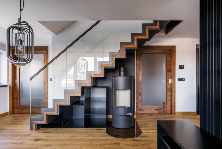 Koncept interiéru je laděn do přírodních materiálů a tmavších barev vkombinaci sbronzem, alcantarou a koňakovou kůží. Podlaha je až na koupelny…