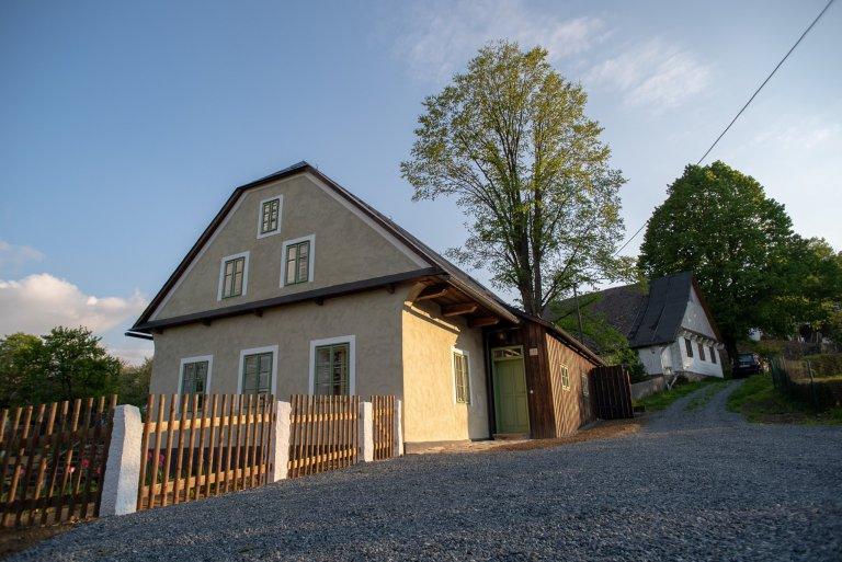 Kompletní rekonstrukce opuštěného domu včetně úprav jejího okolí. Dům se nyní vyznačuje sladěností možností dnešní doby s autentičností prvků lidové…