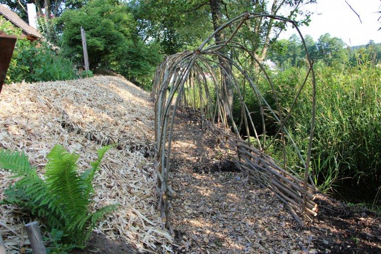 Zahrada je navržena intuitivně, s vkusem k zahradní architektuře a na základě potřeb majitelů. Před chalupou je klasická okrasná předzahrádka a slouží též pro…