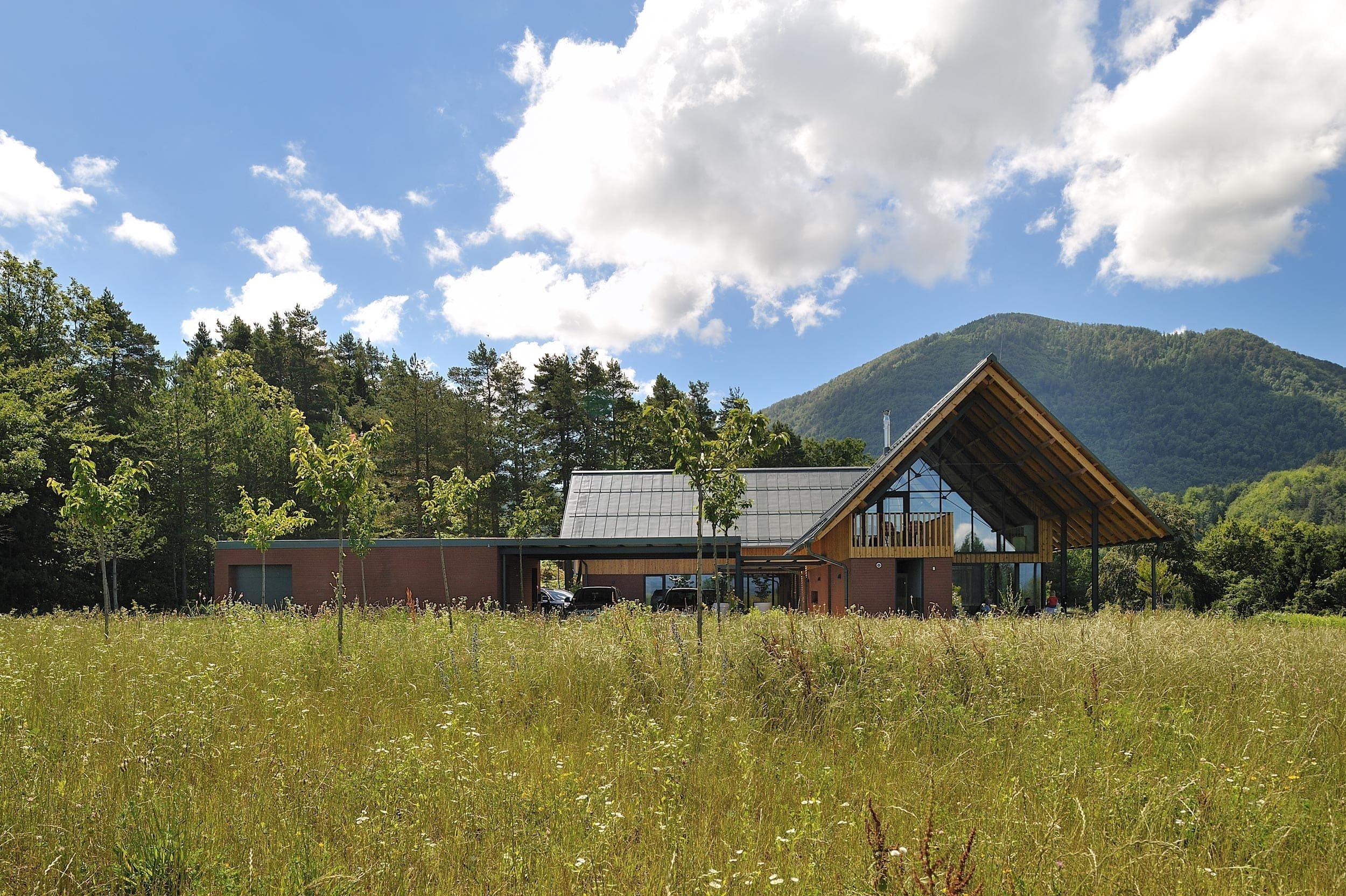Na vrcholu kopce mezi osadami Pongrac a Griže se nachází rodinný dům s výjimečným výhledem na krásnou okolní krajinu. Zajímavý je jeho půdorys, který je navržen jako tři různě propojené části. Výsledkem je jedinečný dřevěný dům v objetí idylické přírody.