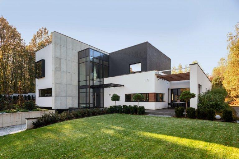 Na kopci stojí moderní dům s výhledem na les, který vás nadchne. Díky úzké spolupráci s architekty a majiteli domu vznikl projekt zacílený na detail, špičkové materiály a zahradu, která velmi přirozeně splývá s domem a okolím. Konečné řešení je výsledkem velkého nasazení a úzké spolupráce mezi architekty a majiteli domu.