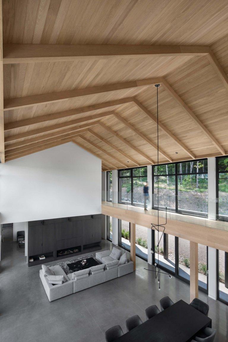 Manželé toužili po životě v přírodě. Vyměnili městský život za dům uprostřed lesů s výhledem na jezero. S inspirací ve starých zemědělských usedlostech si nechali postavit prostorný dům ve stylu barnhouse s betonovou podlahou.