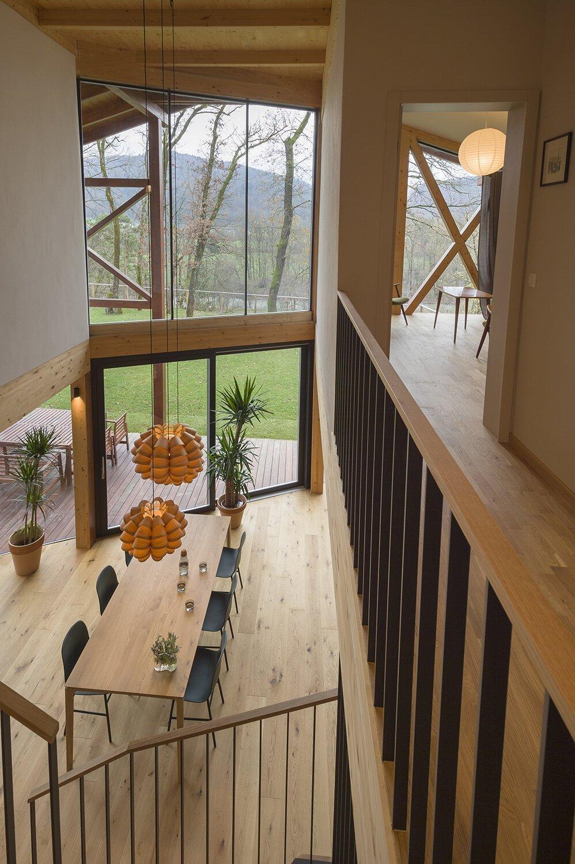 Dům z přírodních materiálů nad údolím