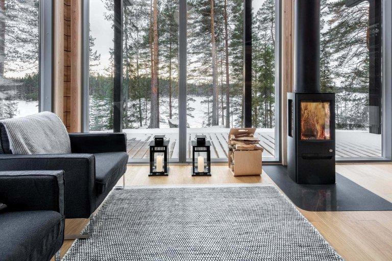 Vypadá jako tradiční srub, ale na rozdíl od jiných domů odolá drsným zimám a mrazivým teplotám až do -30 ° C bez velkého dopadu na životní prostředí. Finská architektonická firma Pluspuu Oy navrhla dům Log Villa ve Finsku jako energeticky účinnou moderní rezidenci pro chladné podnebí, která nabízí optimální životní podmínky díky dobré izolaci a využití geotermální energie.