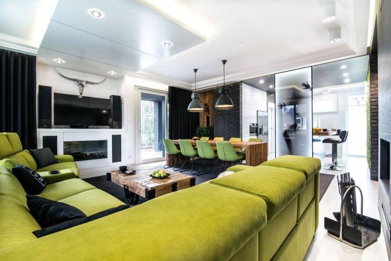 Glamour interiér s mechovou stěnou v kuchyni