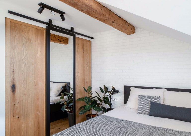 Bydlení v podkroví vyžaduje při navrhování více promyšlená a nestandardní řešení. Plánování je obvykle obtížnější, ale při využití všech nedostatků získá byt v podkroví na jedinečnosti. Architekti Tina Begovic, Urban Pahor a Ursa Kres se pustili do rekonstrukce a návrhu podkrovního bytu o ploše 55 metrů čtverečních ve starším domě. Výsledkem je byt pro mladý pár v industriálním stylu, který podkrovnímu bytu velmi sluší.