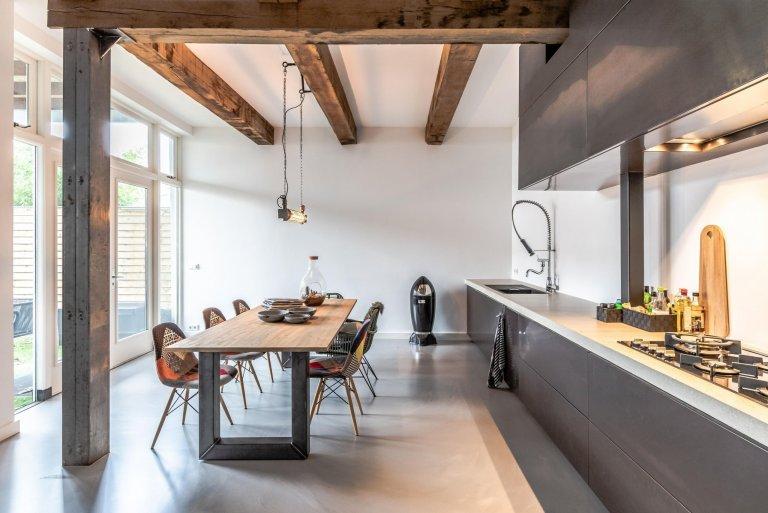 Doména továren a hal. Ale industriální styl není jen chladný a nedodělaný. Díky němu si doma můžete vytvořit interiér s puncem autenticity. Nemusíte se hned stěhovat do výrobní haly, stačí vám pár prvků, které z vašeho domova udělají velmi originální bydlení.