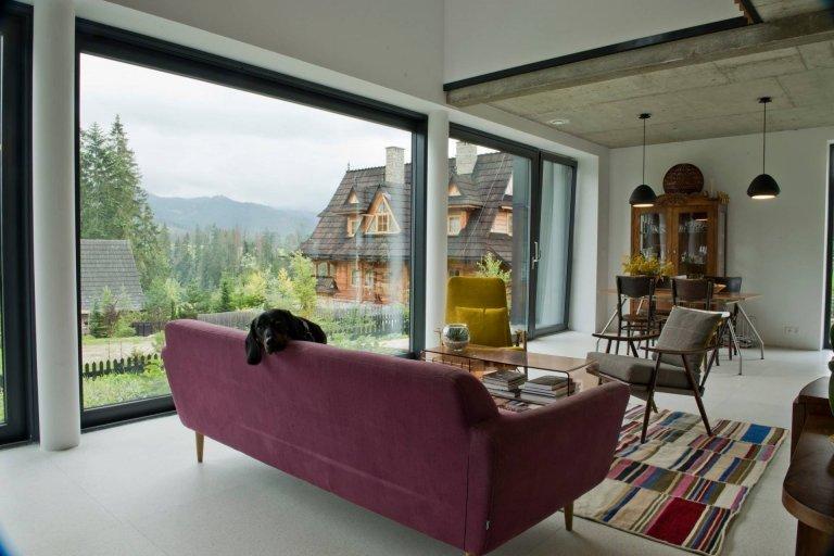 Architekt Piotr Kuczia odvedl úžasnou práci při návrhu tohoto domu. Vytvořil tak krásný, skromný, moderní dům dokonale ladící s okolní krajinou a odkazující na regionální architekturu v podhůří Tater.